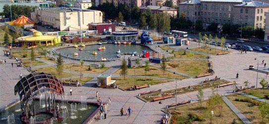 Москвичи отмечают его похожесть на одноименную московскую улицу.  Сходство еще более усиливает цирк (ниже) .